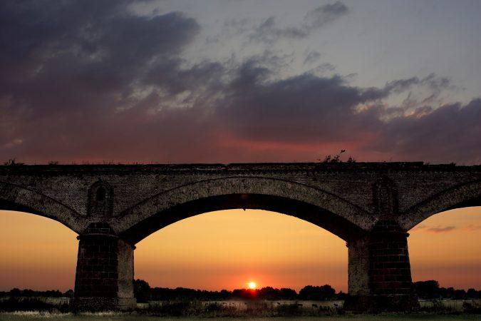 Historische Rheinbrücke Wesel bei Sonnenuntergang