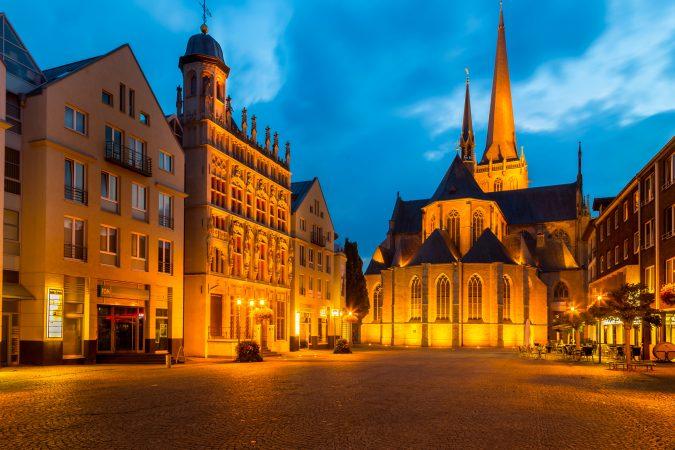 Willibrordi Dom und historisches Rathaus am Weseler Großen Markt