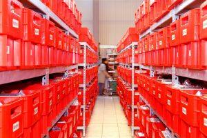 Eine ZOXS-Lagerhalle mit roten Kisten