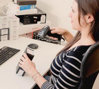 ZOXS Mitarbeiterin scannt Handyverpackung