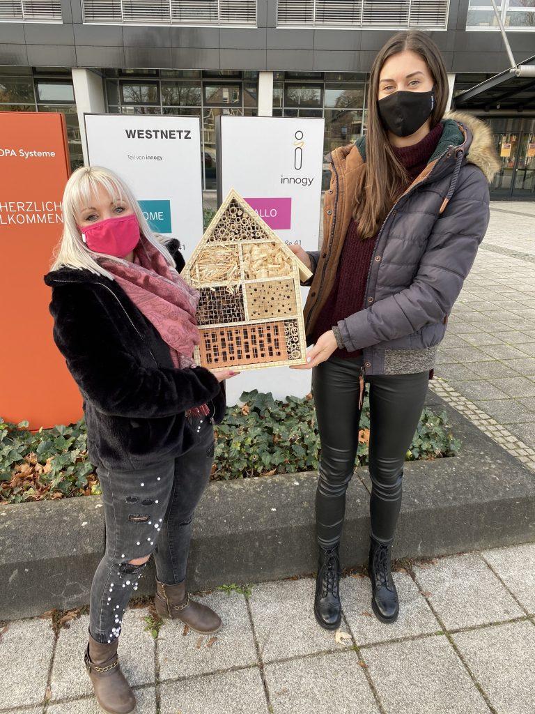 Saskia Jacubek und Svenja Wolff von ZOXS (von links) nahmen den Sonderpreis entgegen
